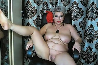 Lustful mature bitch turns her wet pussy inside out!